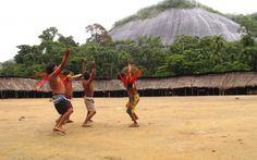 O sistema de cura Yanomami é baseado na atuação dos xamãs. Eles são como um escudo protetor contra os poderes maléficos oriundos dos humanos e dos não-humanos. São incansáveis guerreiros do invisível, dedicados a proteger a vida dos membros de suas comunidades. Na foto, encontro de xamãs yanomami, em 2011 | Beto Ricardo - ISA