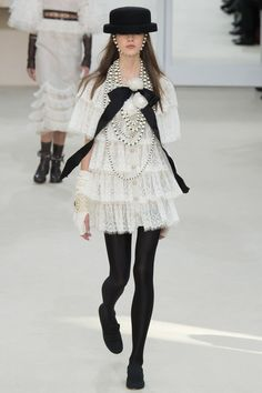 Find the The complete Chanel Fall 2016 Ready-to-Wear fashion show now on Vogue Runway.: at The RealReal that is places. Chanel Couture, Couture Fashion, Runway Fashion, Fashion Trends, Fashion 2016, Chanel Fashion Show, Dress Fashion, Fashion Women, Fashion Beauty