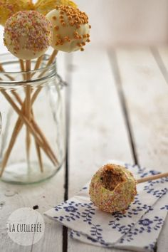 La cuillerée: cake pops- przepis podstawowy Cake Pops, Glass Vase, Food And Drink, Table Decorations, Recipes, Cakepops, Cake Pop, Dinner Table Decorations, Stick Candy