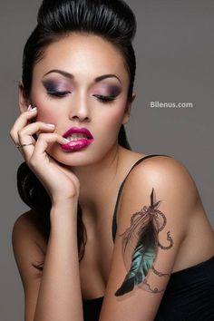Bayanlar için Renkli Tüy dövme modelli