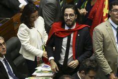 Ao contrário dos boatos o deputado Jean Wyllys não planejou cuspir em Bolsonaro