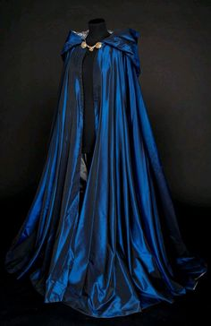 Looks like a Ravenclaw cloak 😍 Medieval Dress, Medieval Clothing, Medieval Costume, Medieval Outfits, Steampunk Clothing, Pretty Dresses, Beautiful Dresses, Beautiful Beautiful, Beautiful Pictures