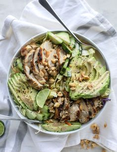 Chicken Avocado Salad with Peanut Dressing. – How Sweet Eats - Avacado Ideen Avocado Salat, Avocado Chicken Salad, Healthy Salads, Healthy Eating, Healthy Recipes, Healthy Lunches, Clean Eating, Peanut Dressing, How Sweet Eats