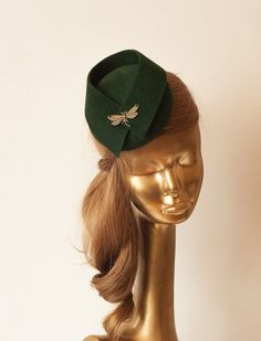 Modern green fur felt fascinator. For parties and outdoors. Mounted with elastic rubber or slim heaband Diameter : 13 cm Finished with lining and