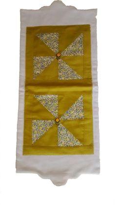 Feito em tecido com aplicação de mosaicos no centro e uma delicado acabamento com botões de madeira em forma de tulipas.
