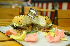 Bad Burgers has long been about more than just burgers, and they have once again expanded their menu by offering delicious cakes and shakes. Bad Burger, Burgers, Yummy Cakes, Menu, Ethnic Recipes, Food, Hamburgers, Menu Board Design, Meals