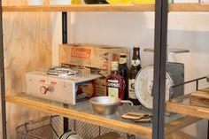 このヴィンテージのコールマンのバーナーの他にも、年代もののランタンなど、味のあるキャンプ道具が棚に並ぶ。