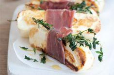 Grilovaný čerstvý sýr s prosciuttem | Apetitonline.cz