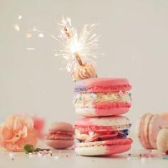 Hoy se celebra a nivel mundial el día del MACARON y lo estamos celebrando con esta divinura de dos pisos, crema de vainilla y centro de Torta ¿Como le pondrían de nombre? A nosotros nos gusta macaron unicornio #MacaronDay #nationalmacaronday
