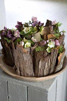 een bloemstuk vol helleborius en schors - (re)Pinned by Idea Concept Design.nl
