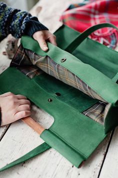 Green leather bag with wooden handles - Leather tote bag - Bag with front pocket - Leather tote - Shopping bag - Wooden handles purse Anses de sac en cuir vert avec poignées en bois fourre-tout Striped Tote Bags, Black Tote Bag, Tote Bag Organizer, Bag Organization, Leather Bags Handmade, Fabric Bags, Wooden Handles, Green Leather, Purses And Bags