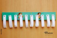 Organizá tus chalinas y bufandas! Medidas: 60 x 9 cm Incluye pack de 10 correas blancas Incluye ganchos en el dorso para colgar
