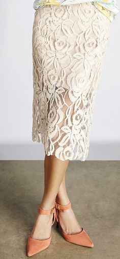 love the lace on this pencil skirt/