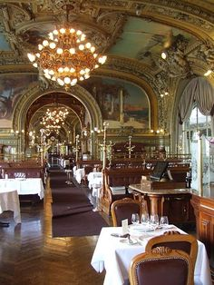 Gare de Lyon, the legendary restaurant Le Train Bleu.