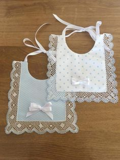 baberos Baby Girl Quilts, Girls Quilts, Baby Sewing Projects, Sewing For Kids, Baby Bibs Patterns, Sewing Patterns, Clothes Patterns, Baby Girl Dresses, Baby Dress