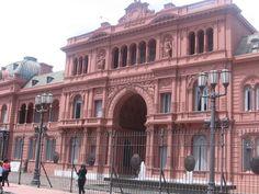 La Casa Rosada, en su vista más famosa, la puerta posterior que da a la Plaza de Mayo, Buenos Aires, Argentina.