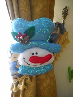 snowman tie back Felt Snowman, Snowman Crafts, Christmas Projects, Felt Crafts, Christmas Crafts, Snowmen, Felt Christmas Ornaments, Christmas Snowman, Christmas Stockings