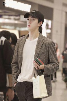 Sehun [HQ] 181119 Incheon Airport, departing for Kaohsiung Baekhyun, Sehun Cute, Perfect Husband, Exo Korean, Hip Hop And R&b, Kim Min Seok, Incheon, Girl Bands, Airport Style