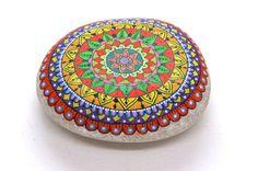 Hand painted stone. Mandala. Ehi, ho trovato questa fantastica inserzione di Etsy su https:/u/www.etsy.com/it/listing/275003694/mandala-sasso-dipinto-a-mano-raccolto