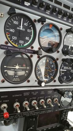 Vintage Helicopters - Learning how to land an airplane is often seen as the hardest part of pilot training by students. Therefore you will find some useful tips below to master landings! Aviation Training, Pilot Training, Aircraft Instruments, Flight Simulator Cockpit, Jet Privé, Airplane Wallpaper, Cessna 172, Airplane Photography, Airplane Pilot
