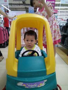 Pertama naik troly yg ada mobilnya. Reaksi awal seneng. Udahnya bosen kl ga dijalanin.  #babyboy #car #minicar #babygrow