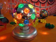 Depois de decorar muitos quartos nos Anos 80, bola com luzes coloridas chama a atenção no cenário da Festa