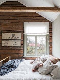 Made In Persbo: Kakelugnsmakarens timmerhus Swedish Bedroom, Swedish House, Winter Cabin, Cozy Cabin, Low Ceiling Bedroom, Hygge Home, Country Interior, Cabin Interiors, Wooden House
