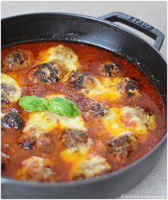 Würzige Hackbällchen in Tomatensauce - schnell gemacht und wahnsinnig lecker. Unbedingt mit Kartoffelpüree oder Pasta essen.