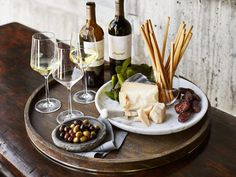 5 Tips for Hosting the Best Harvest Wine Tasting Party Ever (Williams-Sonoma Taste Wine Tasting Events, Wine Tasting Party, Wine And Cheese Party, Wine Cheese, Williams Sonoma, Wein Parties, Tapas, Wine Making Kits, Fruit Party