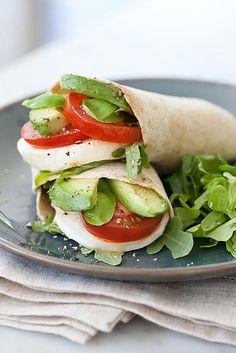 Wrap caprese de aguacate | 17 Cenas simples y saludables para hacer en una noche entre semana