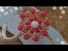 FLORZINHA LÍVIA - YouTube Beaded Jewelry Patterns, Embroidery Jewelry, Beading Patterns, Bead Crafts, Diy And Crafts, Beaded Boxes, Paper Flowers, Swarovski Crystals, Projects To Try