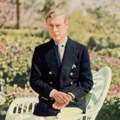 Edward VIII in a Reefer Jacket - A special type of blazer evolved from the late-Victorian naval officer's uniform that featured a navy double-breasted jacket with brass buttons; the reefer jacket. Eduardo Viii, Types Of Blazers, Edward Windsor, Wallis Simpson, Grey Fox, Navy Blue Blazer, New York Style, Double Breasted Jacket, British Royals
