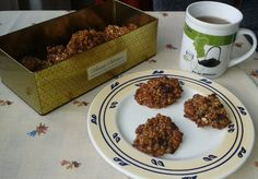 Banana oat cookies, healthy, vegan and perfect for your coffee, tea or breakfast! Very easy to make with just bananas, oats, nuts, cranberries or morello cheries, cinnamon and dark chocolate.
