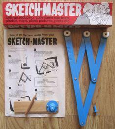Sketch-Master, een speelgoed pantograaf (ook bekend als tekenaap). In de jaren zeventig kocht ik zoiets bij een drogist in de buurt. De mijne was goudkleurig, geen idee of het een echte Sketch Master was.