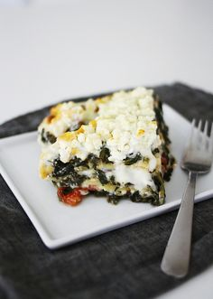 600 g / 20 oz frozen chopped spinach 1 leek 1 tsp salt 1 pinch black pepper 2 pinches ground nutmeg 1 400-500 g / 14-18 oz can crushed tomatoes 1 1/2 cups white cheese sauce (see recipe below) 12 no-boil lasagna sheets 75 g / 3 oz feta cheese