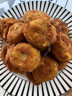 """Νόστιμη συνταγή μαγειρικής από """"Instasuntages"""" Υλικά 1½ κιλό πατάτες 1 αυγό 1 φλ. κεφαλογραβιέρα τριμμένη λίγη φέτα τριμμένη 1 κρεμμύδι πράσινο ψιλοκομμένο άνηθο, μαϊντανό 1 κ.σ αλεύρι γ.ο.χ αλάτι, πιπέρι Για το πανάρισμα λίγο αλεύρι λίγη φρυγανιά 1 αυγό χτυπημένο ΕΚΤΕΛΕΣΗ Βράζουμε πρώτα τις πατάτες με τη Greek Recipes, Muffin, Food And Drink, Potatoes, Breakfast, Foods, Instagram, Products, Kitchens"""