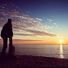 Mar en calma viento en contra Nunca es fácil soñar. Una nube contra una roca Quién se atreve a faenar? -- Un segundo sólo de ausencia  me da miedo naufragar. No se conoce mi presencia  yo mi soledad y el mar. --- El camino se torna incierto el futuro es un bolsa de cal  este mar parece muerto esta vida es de cristal. #reflexiones #vida #futuro #picoftheday #amor #ilusion #mar #playa #sol #horizonte #naturaleza #pasion #motivacion #life #picoftheday