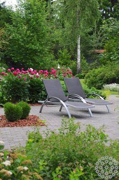 Ihana kesä! Aurinkotuoleja Puksipuun suunnittelemalla terassilla. http://www.puksipuu.com/green-is-the-new-black-peruskasvit-kunniaan/