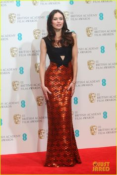 olga kurylenko alicia vikander baftas 2014 red carpet 05 Olga Kurylenko makes her entrance at the