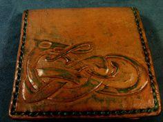 Kahverengi özeş deriden tasarlanmış oldukça şık ve kullanışlı olan bu cüzdan, babanız için yeni yılda alabileceğiniz en güzel ve en hoş hediyelerden olacaktır
