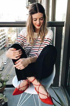 O poder do sapato vermelho. Blusa listrada colorida, calça preta, sapatilha estilo bailarina
