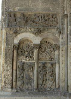 Portada de la iglesia de Moissac (Francia) -Escultura románica francesa (Languedoc) . Parte inferior frisos del infierno con el castigo de la varicia y la Lujuria.