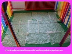 Actividad sensorial con papel de burbujas, más información en http://blogdelosmaestrosdeaudicionylenguaje.blogspot.com.es/2013/02/taller-multisensorial-de-la-semana.html