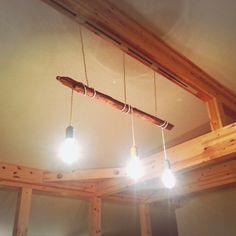 こちらはダクトレール(ライティングレール)を活用して、3個のペンダントライトを1本の流木にくるっと巻き付けたもの。とても簡単なのに、雰囲気がでます。
