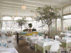Billedresultat for scandinavian hotel White Building, Royal Garden, Restaurant Interior Design, Retail Design, Places To Eat, Table Settings, Table Decorations, Retro, Inspiration