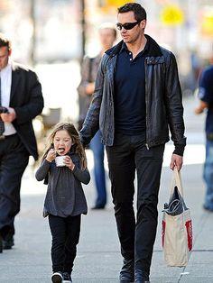 Não é só nos filmes que Hugh Jackman faz às vezes de herói. Já repararam como ele é paizão e está sempre com os filhos, Oscar e Ava? Principalmente com a garota, que tem só 4 anos e está sempre ao seu lado. E ele aparentemente topa qualquer programa: buscar na escola, levar para tomar …