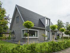 Nieuwbouw vrijstaande woning Cottage House Plans, Cottage Homes, Bungalow Extensions, Villa, Contemporary Cottage, Roof Architecture, Facade House, Simple House, Exterior Design