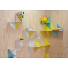 3D ist ein Regal, das in zwei verschiedenen Positionen aufgehängt werden kann. Eins allein an der Wand hebt die dreieckige Form hervor, mehrere zusammen montiert, ergeben eine bunte und grafische Skulptur: Sozusagen eine praktische und nützliche 3D-Tapete.