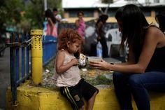 <p>Niños descalzos, vestidos con ropa sucia y harapienta, gritan y aplauden cuando cada domingo se acerca la caravana de carros que se abre paso en las transitadas calles de Caracas.</p>