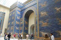 La monumentale porte d'Ishtar, construite à Babylone et mesurant plus de 14m de haut, tient dans un musée de Berlin. - SCMB Images